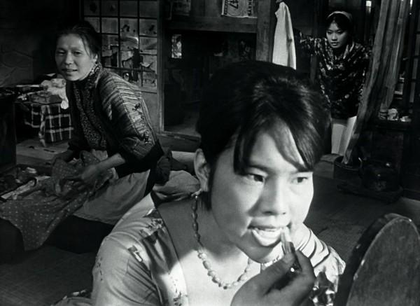 Jitsuko Yoshimura au centre, personnages