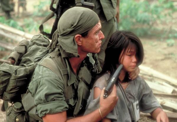 Tom Berenger (le sergent Bob Barnes), Li Thi Van (la fille du chef)