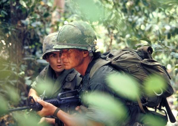 Charlie Sheen (Chris Taylor), Tom Berenger (le sergent Bob Barnes)