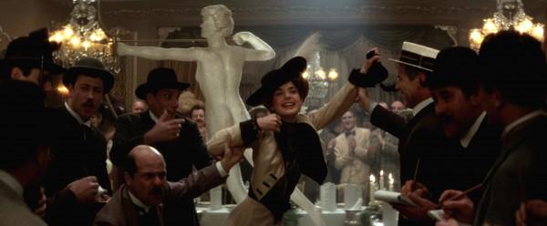 Elizabeth McGovern au centre, personnages