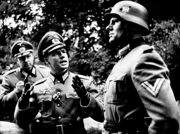 Marlon Brando (au centre), Parley Baer