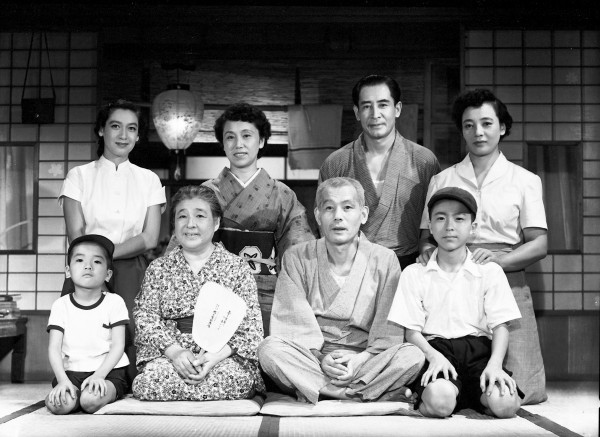 Premier rang : personnage, Chieko Higashiyama, Chishû Ryû, personnage, deuxième rang : Setsuko Hara, Haruko Sugimura, Sô Yamamura, Kuniko Miyake