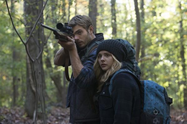 Alex Roe (Evan Walker), Chloë Grace Moretz