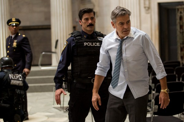 Giancarlo Esposito (Capitaine Marcus Powell), Anthony DeSando (Officer Benson), George Clooney