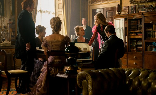 Personnage, Geraldine James (Lady Ascot), Lindsay Duncan (Helen Kingsleigh), Mia Wasikowska, personnage