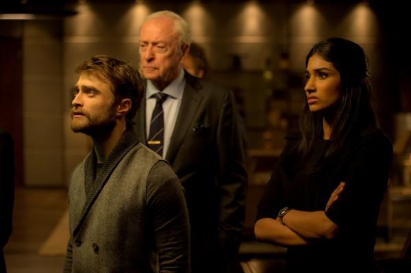 Daniel Radcliffe, Michael Caine, Varada Sethu (l'assistante de Tressler)