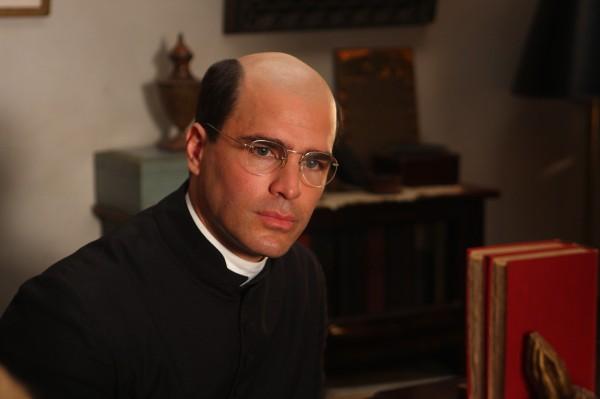 Eduardo Verastegui (Père Crispin)