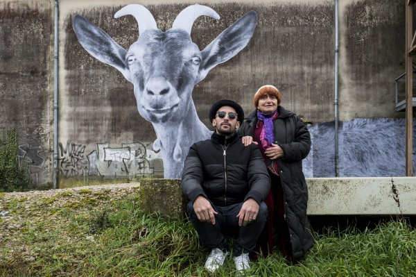 JR, Agnès Varda devant le collage de la chèvre avec des cornes