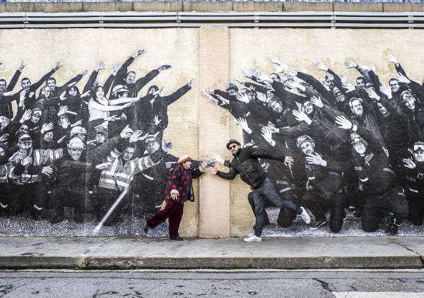 Agnès Varda, JR devant le collage des ouvriers
