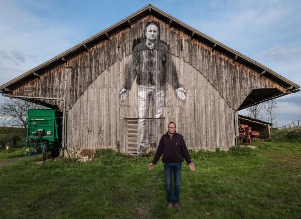 L''agriculteur devant son collage