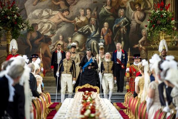 Judi Dench (au centre), personnages