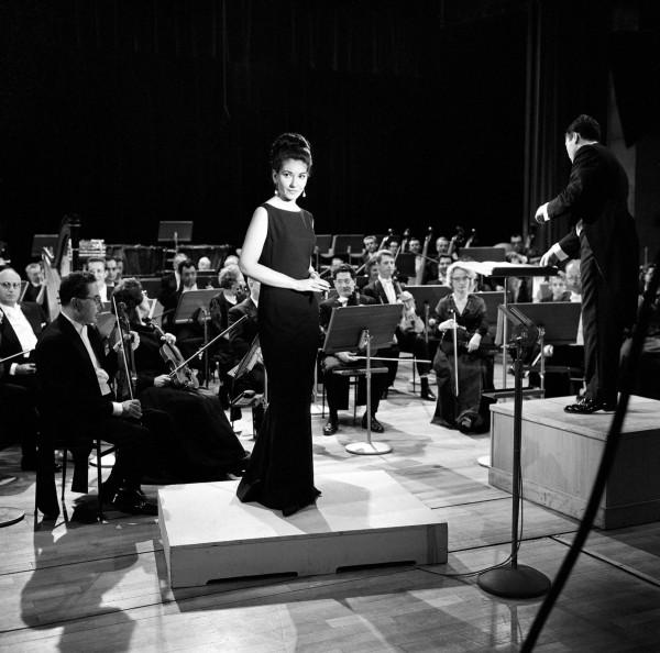 Maria Callas accompagnée  par l'Orchestre National de l'ORTF, dirigé par Georges Prêtre, à la Maison de la Radio, 1965