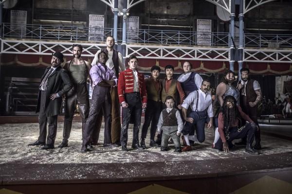 Zac Efron (au centre), personnages