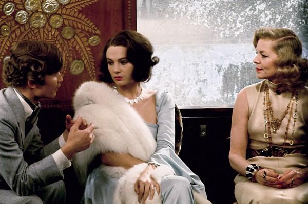 Michael York (le comte Andrenyi), Jacqueline Bisset, Lauren Bacall