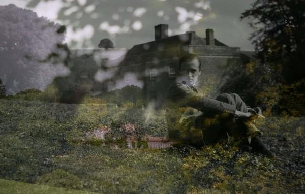Cecil Beaton devant sa maison à Ashcombe