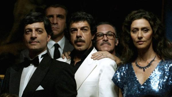 Pierfrancesco Favino au centre, personnages