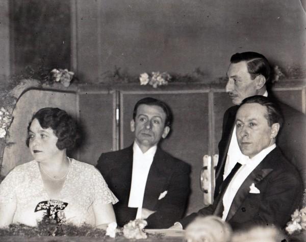 Dans la loge de Bernard Natan (debout) en compagnie de sa femme, de Raimond Bernard et Roland Dorgelès