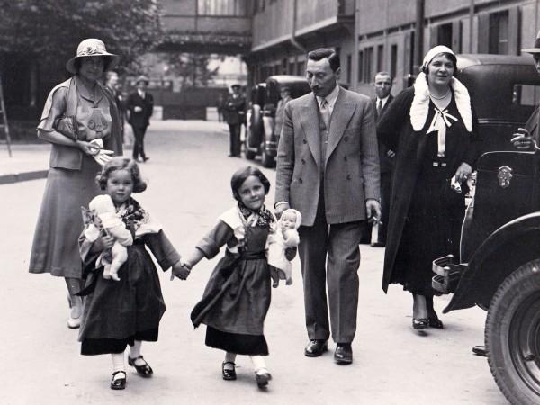 Bernard Natan, son épouse et ses filles en promenade dans la cour des studios Francoeur.