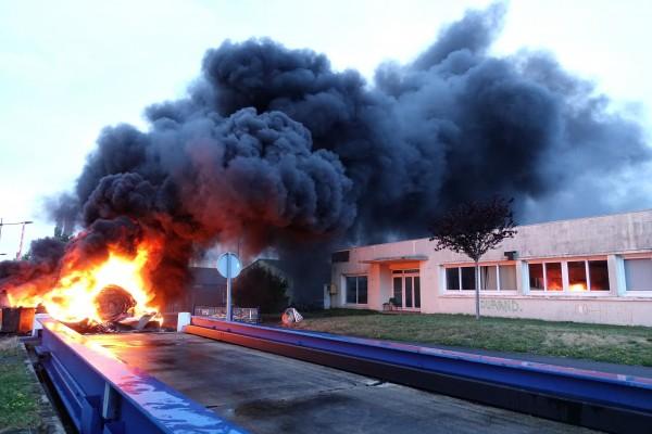 Rouleaux de moquette incendiés par les ouvriers de l'usine Sodimatex en 2010 à Crépy-en-Valois