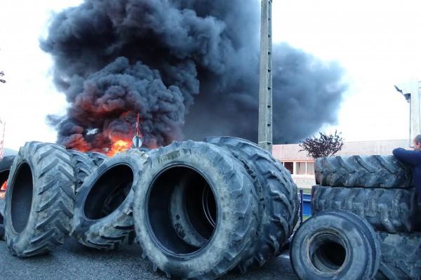 Barricade de pneus devant l'usine Sodimatex en 2010 à Crépy-en-Valois