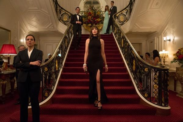Anne Hathaway au centre, personnages