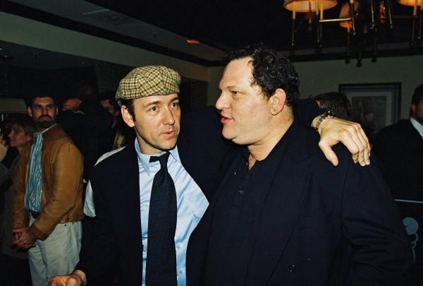 """Kevin Spacey et Harvey Weinstein à la Première du film """"Beautiful Girls"""", produit par Miramax Films, le 6 mars 1996, Century City, CA."""