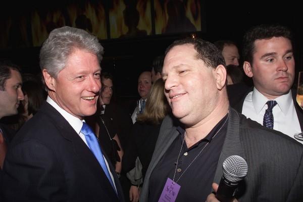 Le président Bill Clinton et le chef de Miramax, Harvey Weinstein, lors de la fête d'anniversaire d'Hillary Clinton à l'hôtel Hudson à New York, le 25 octobre 2000.