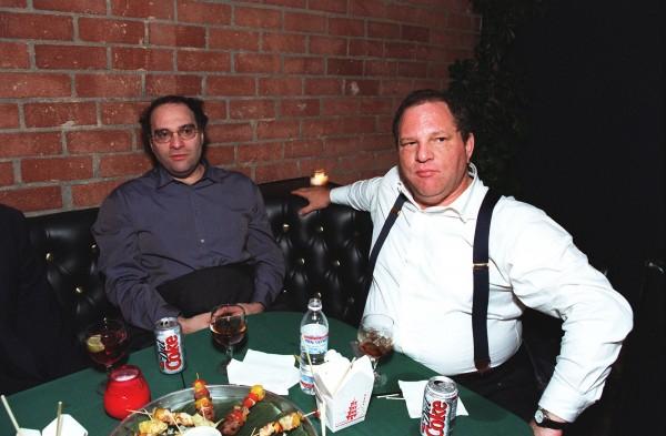 """Bob Weinstein et Harvey Weinstein de Miramax au Lions Gate Films/Miramax à la Première du film """" Dogma """", novembre 1999."""