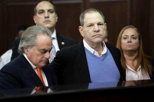Harvey Weinstein et son avocat Benjamin Brafman (à gauche) comparaissent devant le tribunal pénal de Manhattan le vendredi 25 mai 2018.