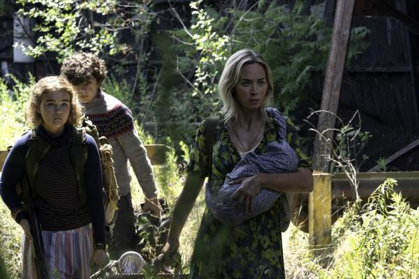Millicent Simmonds (Regan Abbott), Noah Jupe (Marcus Abbott), Emily Blunt (Evelyn Abbott)
