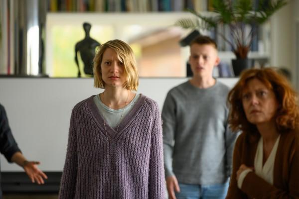 Mia Wasikowska (Anna), Anson Boon (Jonathan), Susan Sarandon (Lily)