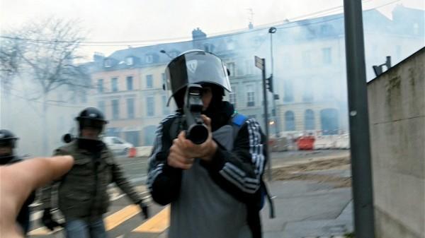 Un policier vise un manifestant avec son flashball