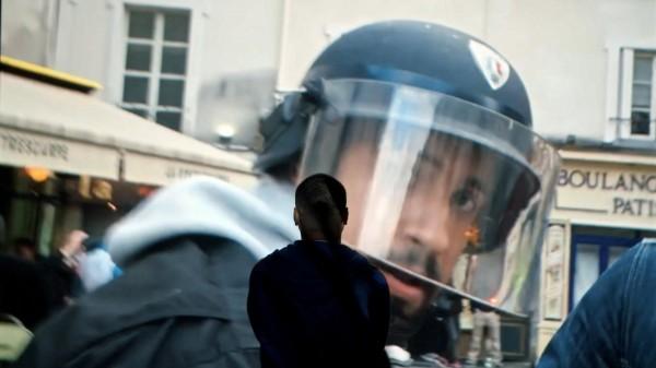 Alexandre Benalla revêtu d'un casque de police, place de la Contrescarpe le 1er mai 2018
