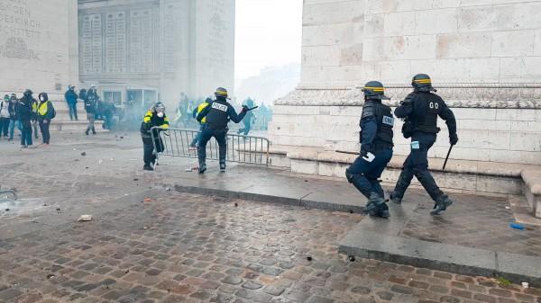 """Des policiers en action face à des manifestants """"Gilets Jaunes"""", au pied de l'Arc de Triomphe"""
