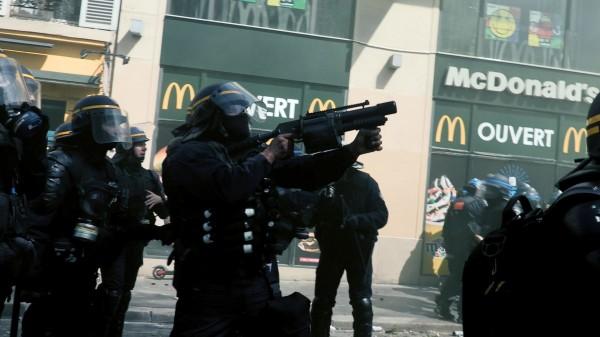 Des policiers protègent la devanture d'un restaurant McDonald's