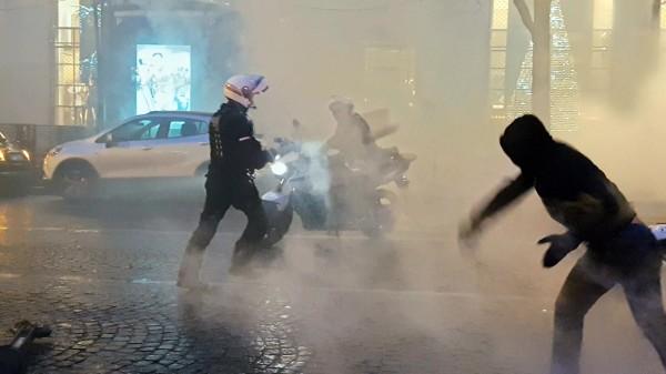 Des policiers de la BRAV-M font face aux manifestants sur les Champs-Elysées