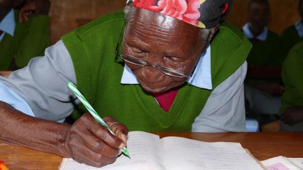A 94 ans, Gogo est l'écolière la plus âgée du monde