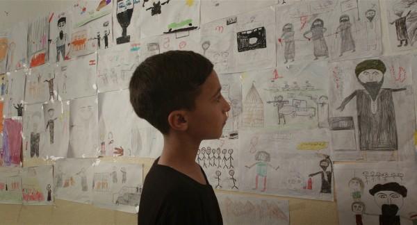 Notturno a été tourné au cours des trois dernières années le long des frontières de l'Irak, du Kurdistan, de la Syrie et du Liban ; tout autour, des signes de violence et de destruction, et au premier plan l'humanité qui se réveille chaque jour d'une nuit qui paraît infinie.