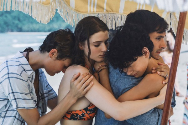 Vicky Krieps (Kate), Gael García Bernal (Jack), Thomasin McKenzie (Amanda)