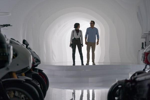 Jodie Comer (Molotov Girl), Ryan Reynolds (Guy)