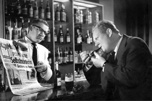 Wolfgang Volz (le barman Karl), Gert Fröbe