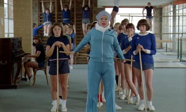 Dora Doll (Le professeur de gymnastique), personnages
