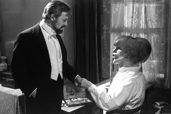 Anthony Hopkins (le docteur Frederick Treves), John Hurt (John Merrick)