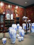 Vases de Ruth Gurvich (dans une salles avec des motifs chinois)