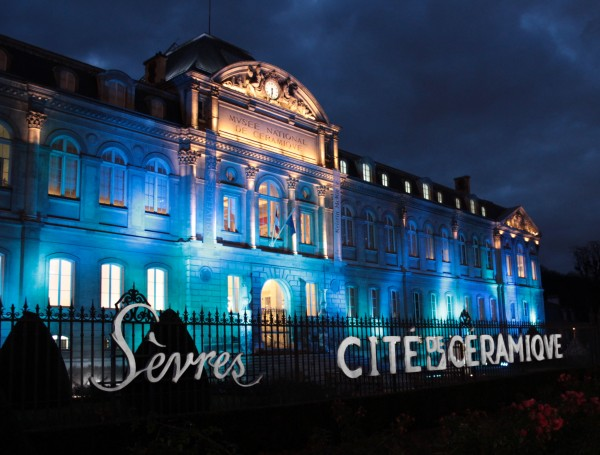 Vue de nuit de la façade du musée national de céramique.