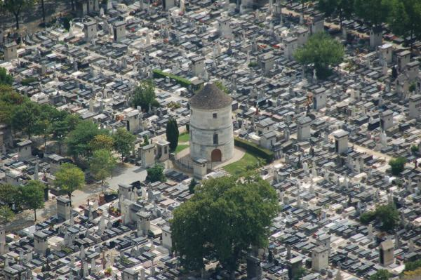 Zoom sur le cimetière du Montparnasse vu depuis le haut de la tour Montparnasse (Paris)
