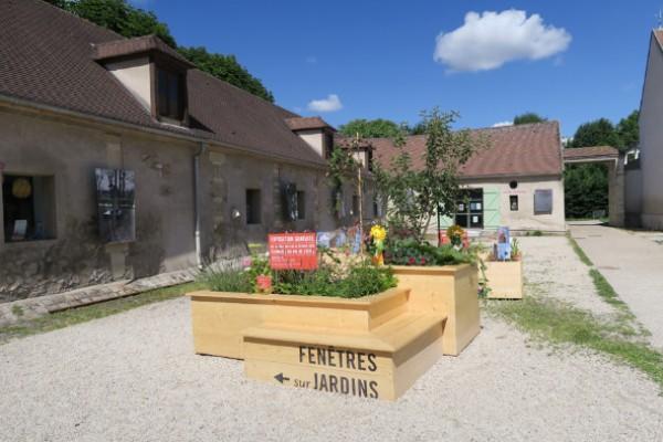 Panneau d'appel exposition Fenêtres sur jardins - cour de l'écomusée du Val de Bièvre