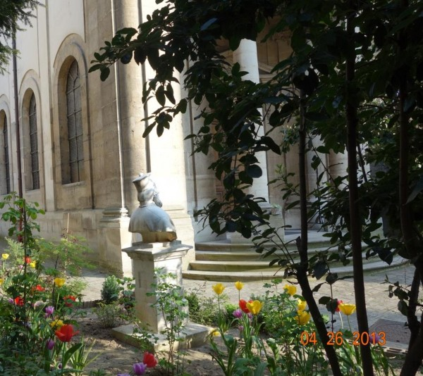 Extérieur fleuri de l'église Saint-Ephrem