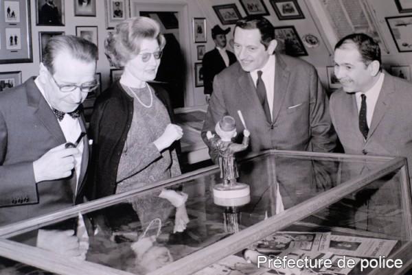 Visite de Georges Simenon au musée de la police le 14 mars 1967.