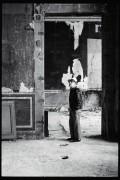 Laurence Berthon-Marceillac (1950-2013), Diego Giacometti lors de l'essai du plafonnier à quatre branches (maquette grandeur nature-, Hôtel Salé, 15 juin 1983, Reproduction numérique d'après un négatif original.